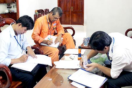 Nhân viên Điện lực Biên Hòa 1 lập biên bản vi phạm hành chính về sử dụng điện tại một hộ ở phường An Bình.