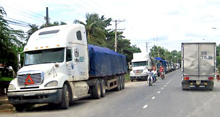 Xe chở bauxite đậu tại ấp Phú Quý 2, xã La Ngà để lên tải trong đêm. Ảnh: T.Nguyên