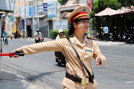 Trung úy Nguyễn Thị Hoàng Hải đang điều hòa giao thông.