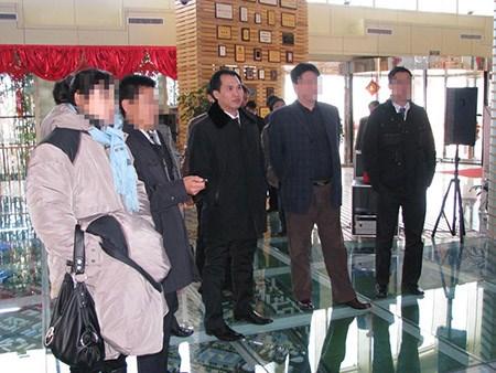 Ông Trường Chinh (giữa) khẳng định không bạo hành vợ.