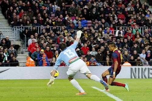 Sanchez lập đại công với cú hat-trick