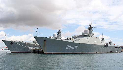 2 tàu hộ vệ tên lửa tàng hình HQ-011 Đinh Tiên Hoàng và HQ-112 tại Quân cảng Cam Ranh - Ảnh: Hoàng Hà