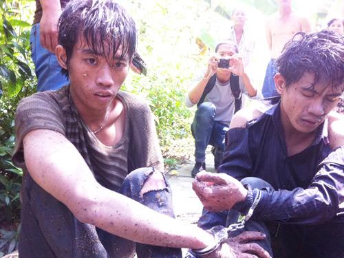 Thái Duy Tân và Hoàng Minh Thiện bị bắt sau khi trốn dưới rạch trong vườn