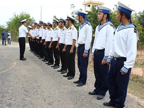 Đoàn công tác Bộ Tư lệnh Vùng 4 Hải quân thăm cán bộ, chiến sĩ ở trạm radar Hòn Tre Ảnh: KỲ NAM
