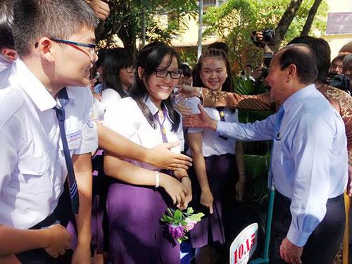 Ông Lê Thanh Hải - Ủy viên Bộ Chính trị, Bí thư Thành ủy TP HCM - thăm hỏi  học sinh nhân ngày khai trường