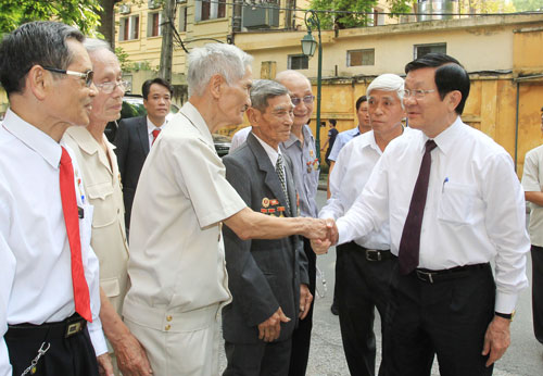 Chủ tịch nước Trương Tấn Sang với các chiến sĩ cách mạng từng bị địch bắt, giam cầm tại nhà tù Hỏa Lò Ảnh: TTXVN