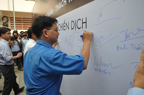 Đoàn viên, thanh niên TP HCM ký tên hưởng ứng đội mũ bảo hiểm đạt chuẩn