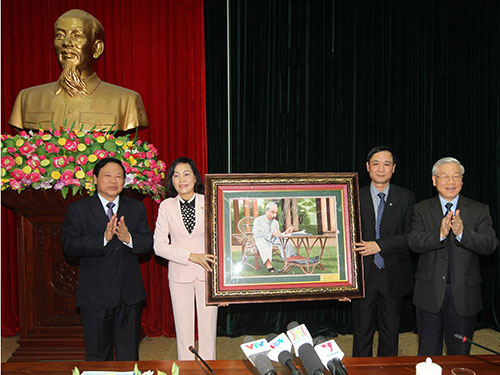Tổng Bí thư Nguyễn Phú Trọng tặng bức tranh Bác Hồ cho Đảng bộ, chính quyền, quân và dân tỉnh Ninh Bình Ảnh: TTXVN