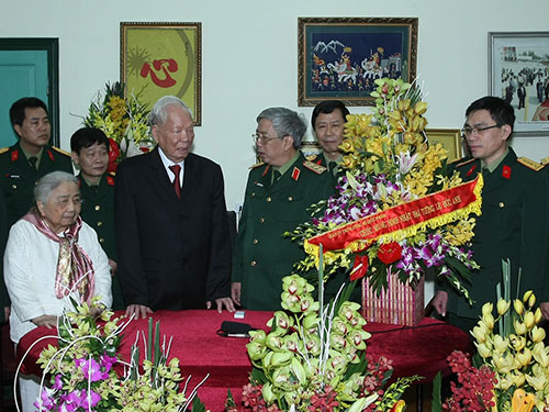 Thượng tướng Nguyễn Chí Vịnh chúc thọ Đại tướng Lê Đức Anh Ảnh: TTXVN
