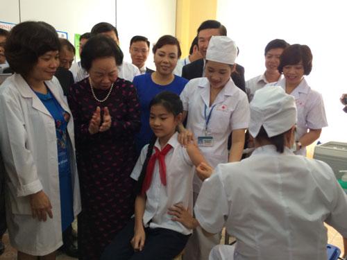 Tiêm chủng cho học sinh tại Trường THCS Lê Quý Đôn (Hà Nội) sáng 11-10