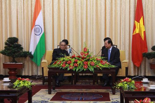 Ông Lê Thanh Hải - Ủy viên Bộ Chính trị, Bí thư Thành ủy TP HCM (bìa phải) - tiếp Tổng thống Pranab Mukherjee
