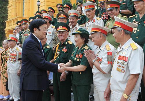 Chủ tịch nước Trương Tấn Sang và các đại biểu cựu chiến binh Ảnh: TTXVN