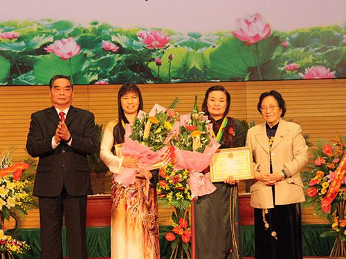 Ông Lê Hồng Anh - Ủy viên Bộ Chính trị, Thường trực Ban Bí thư và nguyên Phó Chủ tịch nước Nguyễn Thị Bình trao Giải thưởng Kovaleskaia 2013 cho 2 nhà khoa học nữ