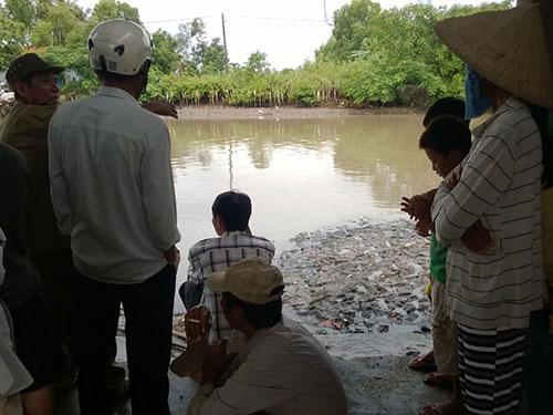 Người dân và chính quyền địa phương theo dõi quá trình tìm kiếm xác ông Dũng
