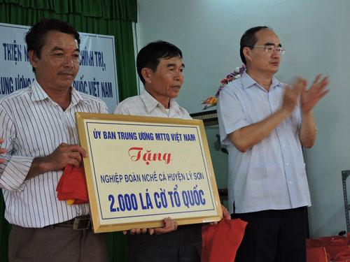 Đại diện Nghiệp đoàn Nghề cá An Vĩnh và An Hải nhận 2.000 lá cờ Tổ quốc  do Ủy ban MTTQ Việt Nam tặng