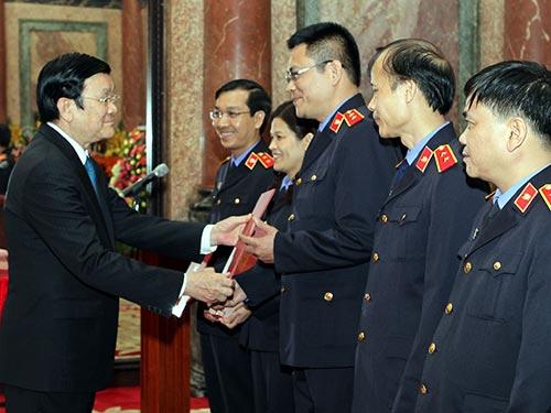 Chủ tịch nước Trương Tấn Sang trao quyết định bổ nhiệm chức danh kiểm sát viên cho cán bộ VKSND Tối cao Ảnh: TTXVN