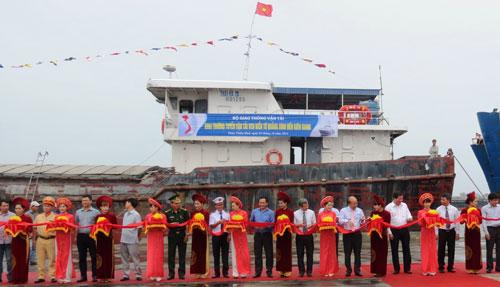 Các đại biểu cắt băng khai trương tuyến vận tải Quảng Bình - Kiên Giang