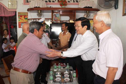 Chủ tịch nước Trương Tấn Sang thăm gia đình ngư dân Trần Văn Đạt