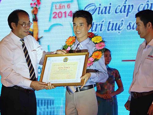 Ông Nguyễn Văn Ngàng, Phó Chủ tịch Tổng LĐLĐ Việt Nam, trao bằng khen cho CNVC-LĐ tiêu biểu của TP HCM