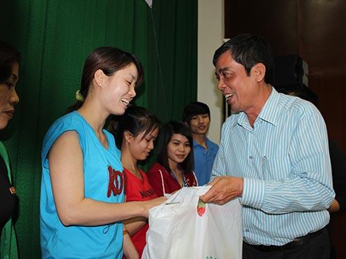 Ông Nguyễn Văn Khải, Phó Chủ tịch Thường trực LĐLĐ TP HCM, trao vé xe Tết và quà tặng công nhân tại KCX Tân Thuận