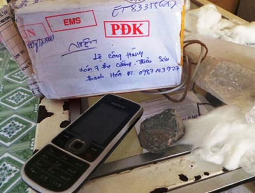 Thay vì iPhone 5, anh Lê Công Cường nhận được điện thoại cũ và 2 cục đá.  (Ảnh do anh Lê Công Cường cung cấp)