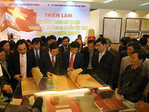 """Đông đảo khách đến xem trưng bày tư liệu """"Hoàng Sa, Trường Sa là của Việt Nam - Những bằng chứng lịch sử"""" Ảnh: TTXVN"""