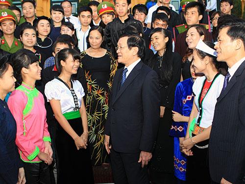 Chủ tịch nước Trương Tấn Sang gặp các học sinh, sinh viên dân tộc thiểu số tiêu biểu Ảnh: TTXVN