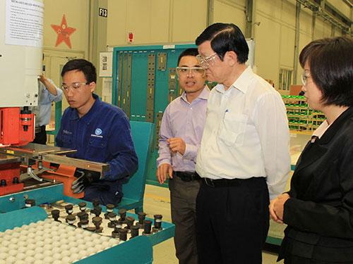 Chủ tịch nước Trương Tấn Sang thăm nhà máy của Công ty GE trongKhu Công nghiệp Numora (Hải Phòng) Ảnh: TTXVN