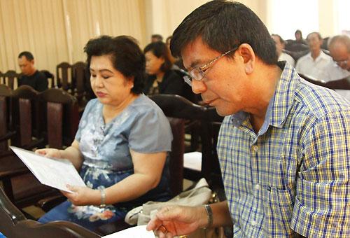 Bà Thu Dung (trái) - giám đốc Trung tâm Rạng Đông - và vài đại diện