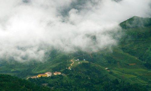 Mây trắng xóa trên một cung đường lên cao nguyên đá - Ảnh: K.Hưng