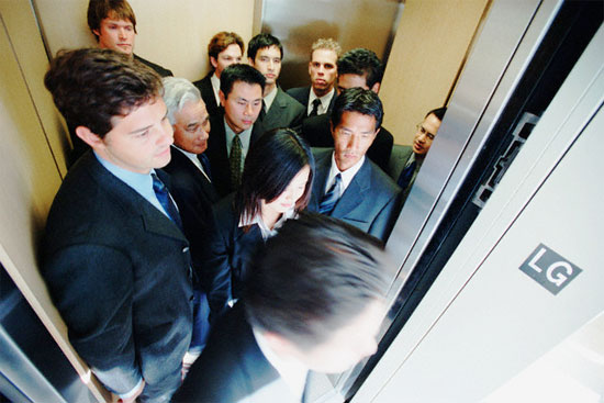 Trong thang máy, người ta tránh nhìn vào mắt nhau. Ảnh: Discovery
