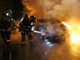 Số xe bị đốt trong năm nay đã giảm 10% so với năm ngoái. Ảnh: Reuters