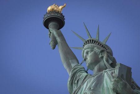 Tượng Nữ thần Tự do nằm trong số các cột mốc lịch sử Mỹ bị biến đổi khí hậu đe dọa. Ảnh: Reuters