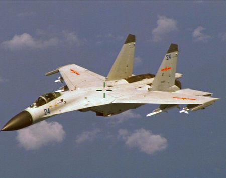 Chiến đấu cơ J-11 của Trung Quốc nhào lộn trước mũi và phía dưới máy bay trinh thám chống ngầm P-8 Poseidon của Hải quân Mỹ. Ảnh: Reuters