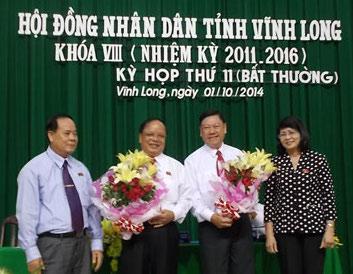 Ông Trần Văn Rón (thứ 2 từ phải sang) là tân Chủ tịch UBND tỉnh Vĩnh Long.