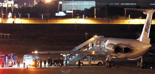 Phái đoàn Triều Tiên đến Hàn Quốc trên máy bay riêng của ông Kim. Ảnh: Chosun Ilbo