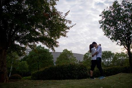 Một cặp đôi tại một trường đại học ở tỉnh Hồ Bắc. Ảnh: CFP