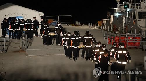 Vụ chìm tàu Hàn Quốc: Xé lòng chờ nhận con!