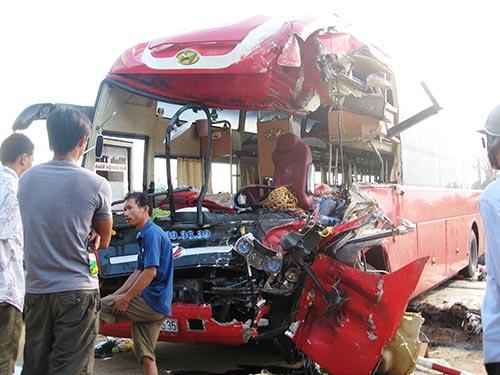 Xe khách giường nằm bị tai nạn ở thị xã Sông Cầu, tỉnh Phú Yên tháng 4-2014  Ảnh: HỒNG ÁNH