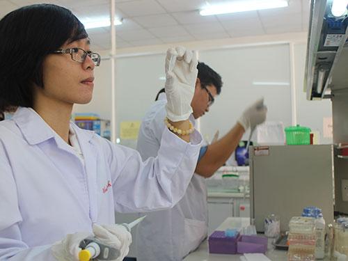 Đoàn Thị Thanh Vinh đang làm việc trong phòng thí nghiệm công nghệ sinh học Trường ĐH Quốc tế