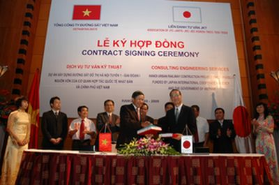 Ông Nguyễn Hữu Bằng, Chủ tịch HĐQT, Tổng giám đốc Tổng công ty Đường sắt Việt Nam và đại diện liên danh nhà thầu tư vấn JKT (có JTC tham gia) tại lễ ký hợp đồng năm 2009. Ảnh: Báo Giao thông