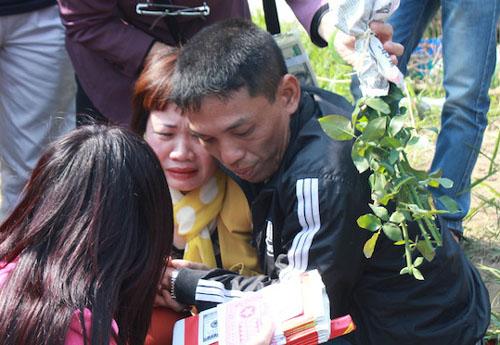 Vẻ đau khổ của chồng chị Huyền trong quá trình tìm kiếm