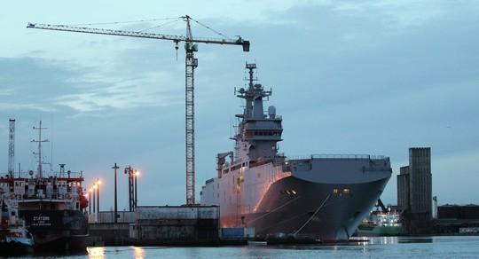 Tàu Vladivostok đầu tiên đang neo ở cảng Saint-Naraire ở miền Tây nước Pháp. Ảnh: AP