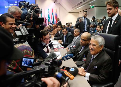 Bộ trưởng Dầu mỏ Ả Rập Saudi Ali al-Naimi (phải) trước cuộc họp. Ảnh: Reuters