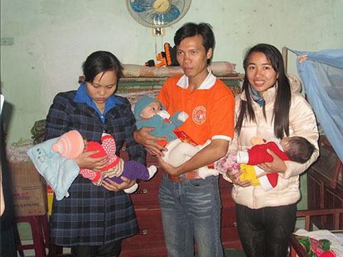 Phạm Thị Bình (phải) trong dịp tặng quà cho trẻ em mồ côi ở Phú Hòa, huyện Tịnh Sơn, tỉnh Quảng Ngãi  (Ảnh do nhân vật cung cấp)