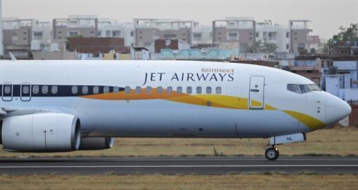 Chiếc máy bay của hãng hàng không Jet Airways (Ấn Độ) hạ cánh khẩn cấp vì va phải chim. Ảnh: Reuters