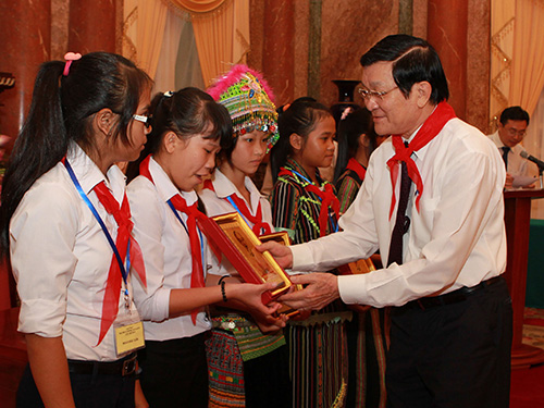 Chủ tịch nước Trương Tấn Sang tặng quà cho các cháu thiếu nhi Ảnh: TTXVN