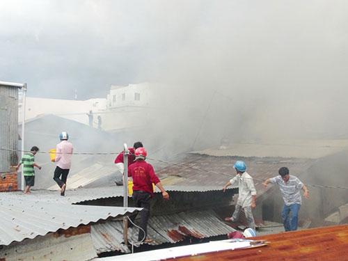 Người dân dùng dụng cụ thô sơ cùng lực lượng chức năng khống chế đám cháy ở An Giang Ảnh: Thốt Nốt