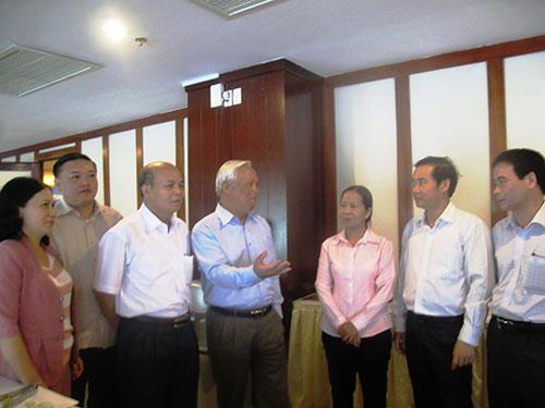 Các đại biểu thảo luận bên lề hội nghị ngày 30-7