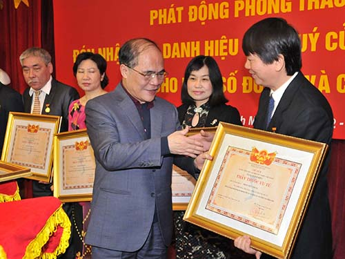 Chủ tịch Quốc hội Nguyễn Sinh Hùng trao danh hiệu do nhà nước phong tặng các tập thể, cá nhân của Bệnh viện Bạch Mai Ảnh: Ngọc Dung